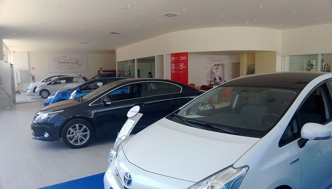 Modelos de Toyota expuestos en un concesionario español de la marca japonesa.