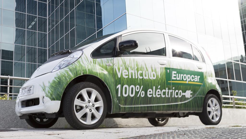 Un vehículo eléctrico de Europcar bajo la sede de la compañía en Madrid, en el Campo de las Naciones. // FOTOGRAFÍA: F. ARÚS