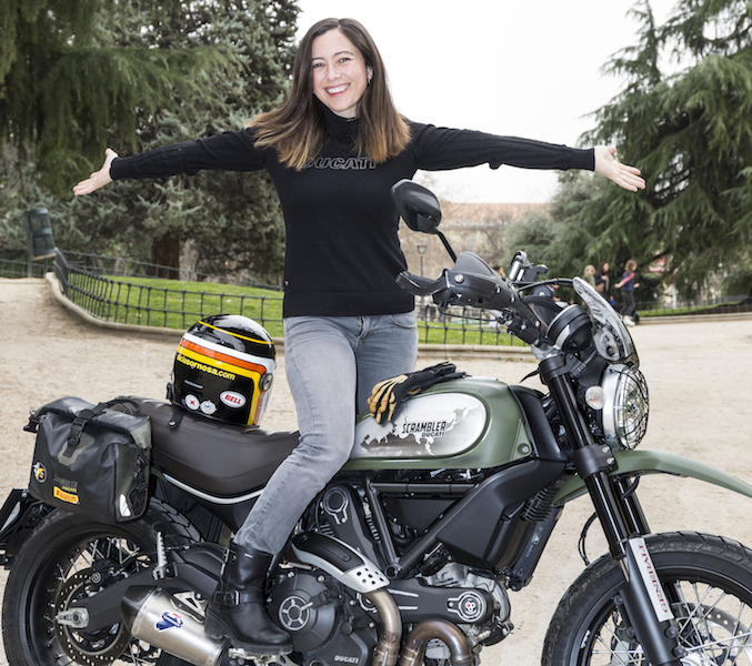 Alicia Sornosa posa sobre su genuina Ducati Scrambler para el objetivo de Fleet People, en Madrid. FOTOGRAFÍA: DANIEL SANTAMARÍA