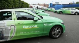 Una flota de vehículos de la empresa de alquiler de vehículos Europcar