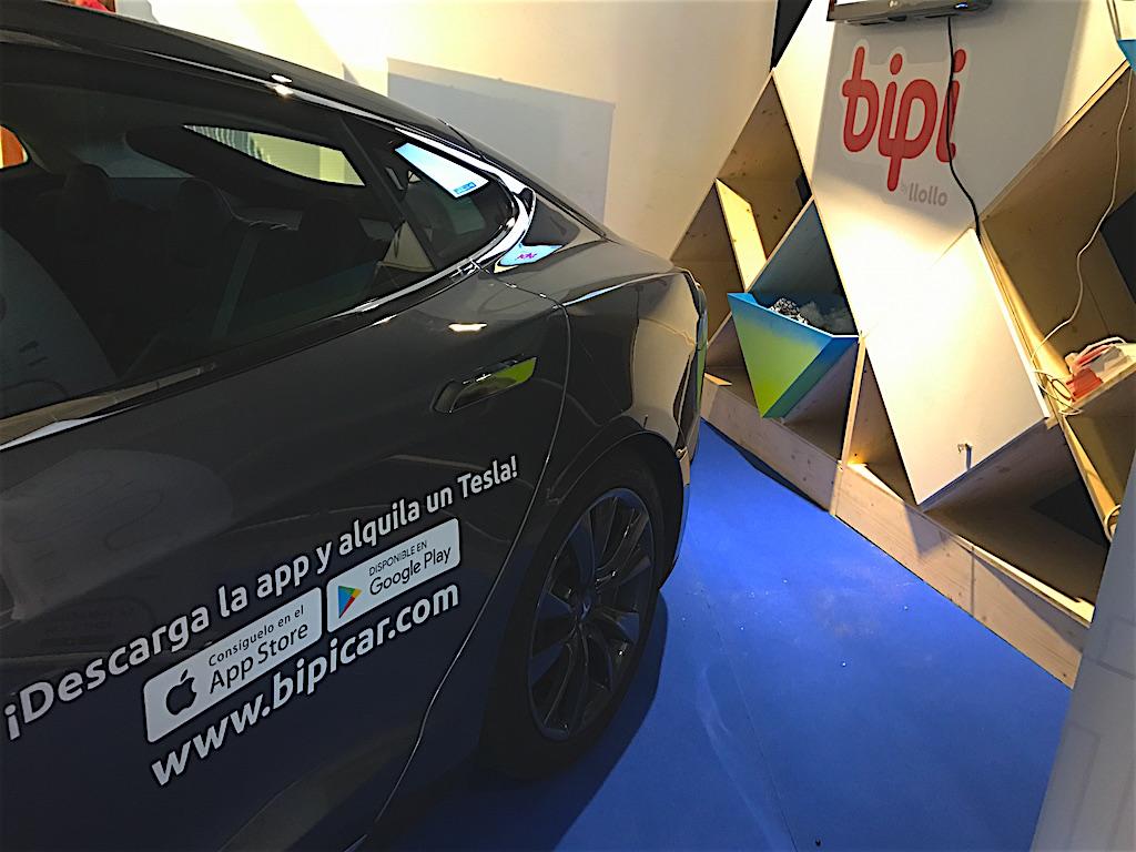 La app Bipi, presente en el Connected Hub de Barcelona, permite alquilar un vehículo (en la imagen, un Tesla Model S) y recogerlo en el lugar que indique el cliente. // FOTOGRAFÍA. F.P.