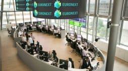 Rent a car Una sala del edificio de la antigua Bolsa de París, denominada desde el año 2000 Euronext Paris.