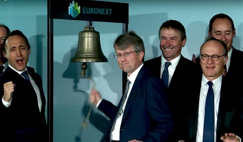Mike Masterson, CEO de ALD Automotive, hace sonar una campana esta mañana en la sede de la Bolsa de Paris. // FOTOGRAFÍA: EURONEXT
