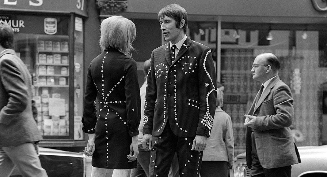 Carnaby Street, en octubre de 1966. Una pareja de Mods, con sus trajes de característicos botones en hilera, muy utilizados por Stephen. Lo corriente, en la época, era vestir como el señor de gafas de la derecha. // FOTOGRAFÍA: TRINITY MIRROR / MIRRORPIX / ALAMY