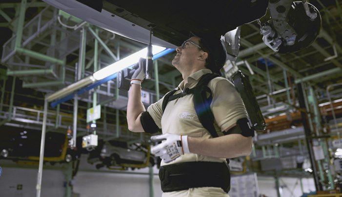 La planta Ford de Valencia integra exoesqueletos en sus líneas de montaje