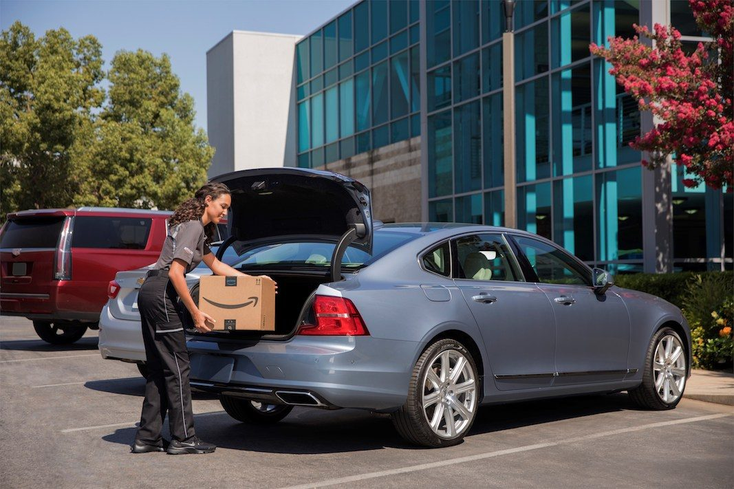 Volvo, con Amazon, agrega a sus servicios conectados la entrega de las compras en el automóvil