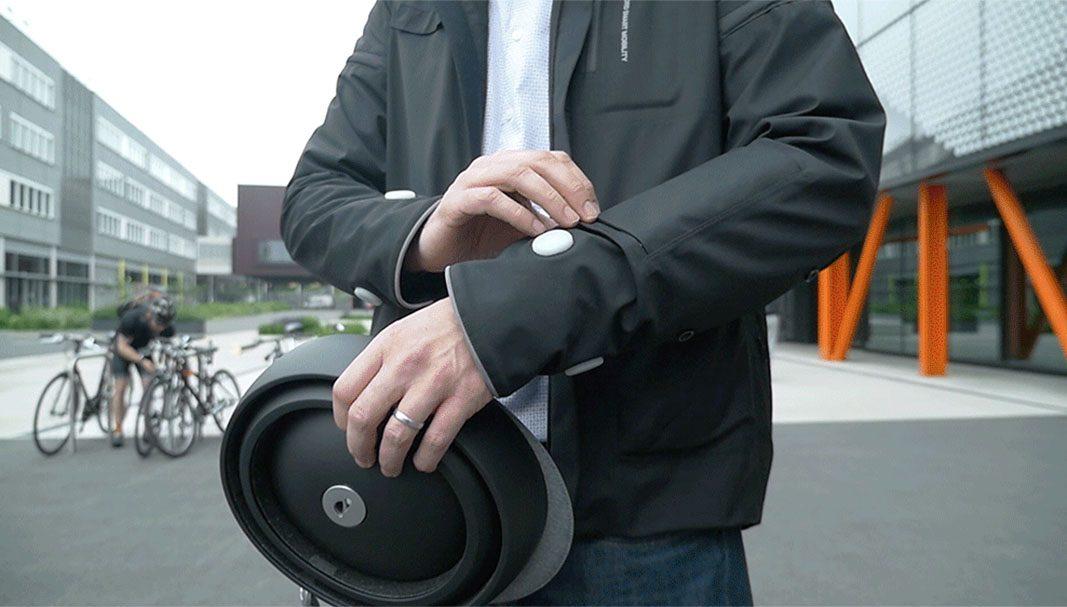 La chaqueta que señaliza cuándo los ciclistas va a girar a los coches
