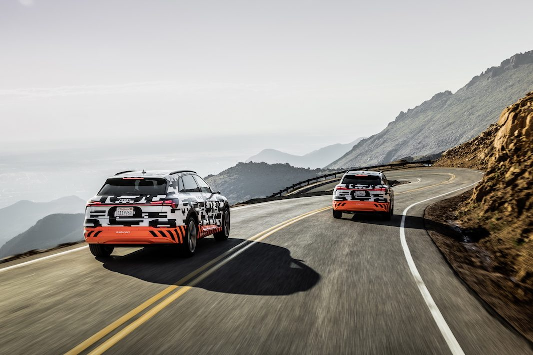 El Audi e-tron prototype muestra en el Pikes Peak que es capaz de recuperar un kilómetro adicional por cada uno de descenso