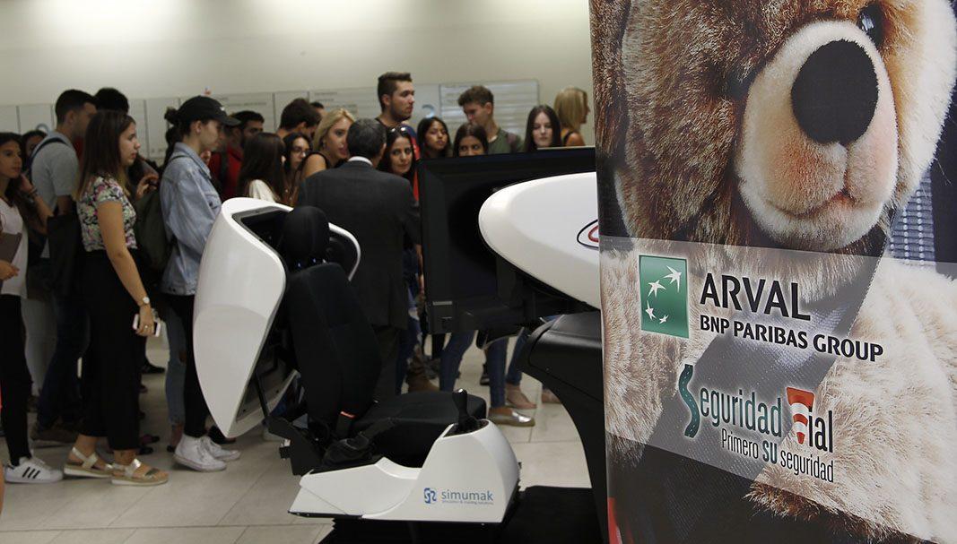 Arval y la URJC imparten cursos de seguridad vial con simuladores