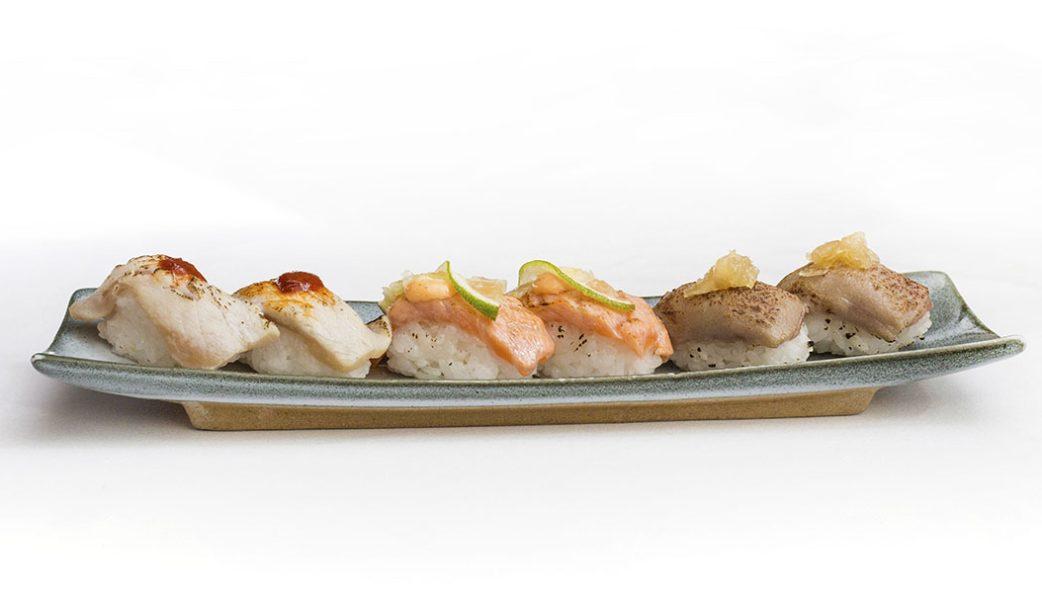Distrito798_nigiri de salmon atlantico flambeado con lima y mayonesa picante, nigiri de hamachi con pimenton y kimuchi y nigiri de atun con mermelada de cebollaX_alta-10