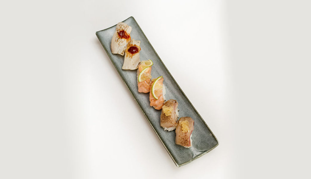 Distrito798_nigiri de salmon atlantico flambeado con lima y mayonesa picante, nigiri de hamachi con pimenton y kimuchi y nigiri de atun con mermelada de cebolla_alta-1