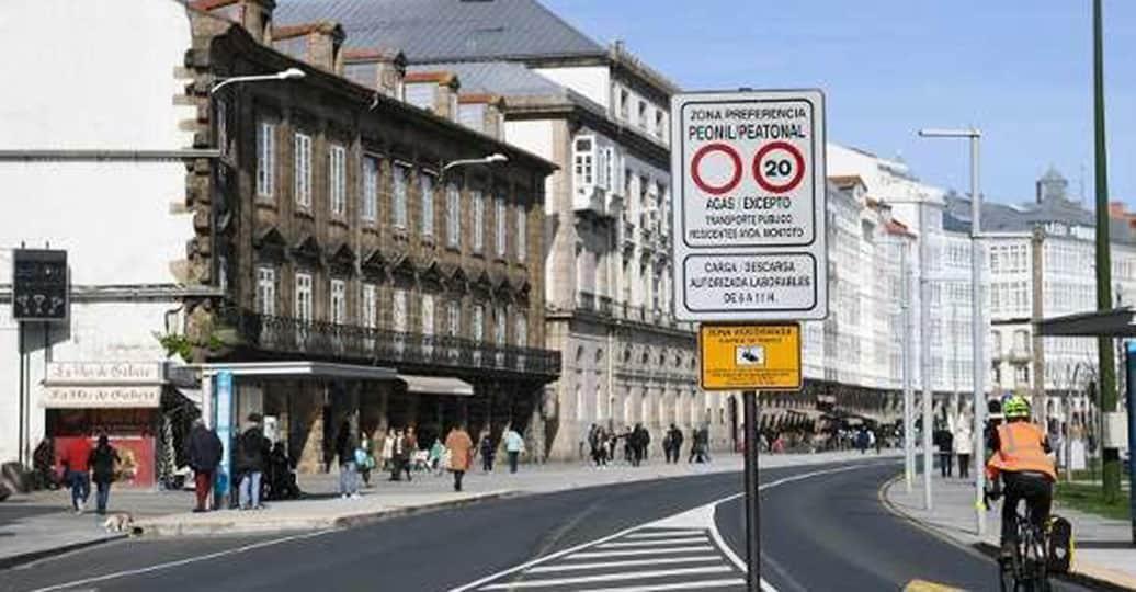 El 58% de los coruñeses, a favor de prohibir que los coches circulen por el centro