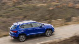 Un Seat Ateca, el coche más vendido en renting en febrero en España, circula por una vía