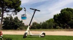Futuro del transporte dos ruedas. Un patinete 'descansa' en la Casa de Campo de Madrid, junto al popular teleférico de la capital. // FOTOGRAFÍA: A. BARCO