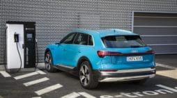 Las emisiones descienden. Un Audi e-tron recargando su batería. / AUDI