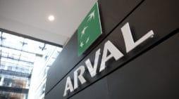El logo de Arval, en una fachada corporativa de la empresa.