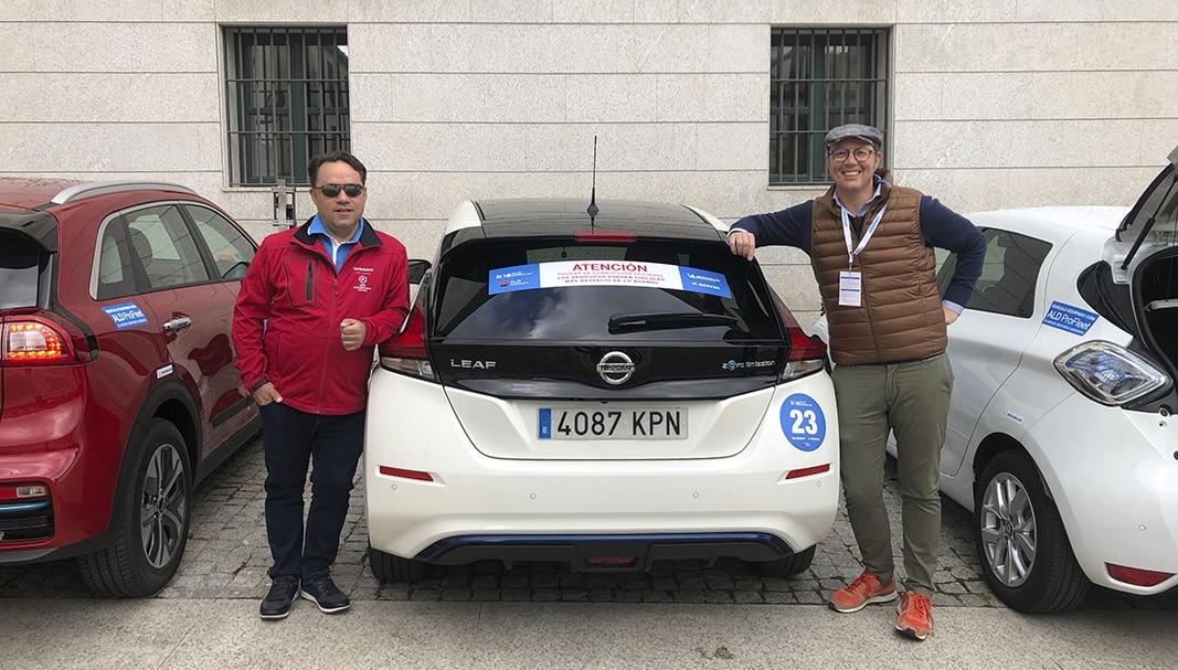 Team. Leandro Rivas, KAM de Nissan, y el director de Fleet People, Juan Arús, flanquean el Nissan Leaf eléctrico, uno de los protagonistas principales del evento. // FOTOGRAFÍA: r. luque