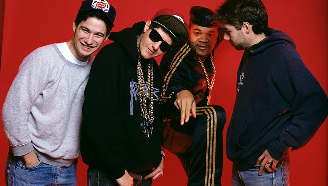 """Power. De izquierda a derecha, la banda de hip-hop The Beastie Boys (Mike Diamond, Adam Yauch y Adam Horowitz y). Al trío se une en esta simbólica imagen de 1989 el """"cuarto componente"""" —segundo por la derecha—, DJ Hurricane, (con chándal)que conoció al grupo tres años antes sirviendo como guardaespaldas de los enormes Run DMC. Los Beastie le ficharon desde ese momento como su disyóquei de cabecera. // FOTOGRAFÍA: RT MARINO / MEDIAPUNCH / ALAMY"""