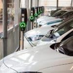 Varios vehículos eléctricos se recargan en un grupo de puntos de recarga en Holanda. / FOTOGRAFÍA: DAVID HANLON