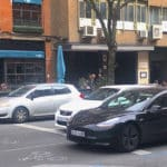 El informe de LeasePlan destaca la poca electrificación de España. En primer término, un Tesla Model 3 eléctrico de color negro, circulando por una céntrica calle de Madrid. // FOTOGRAFÍA: FLEET PEOPLE