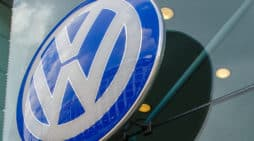 El emblema de Volkswagen, en la puerta de un concesionario de la compañía, en Berlín.