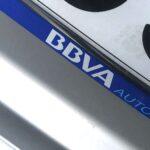 El logotipo de BBVA Autorenting en la placa de matrícula de un vehículo de renting, en Madrid. / FOTOGRAFÍA: FLEET PEOPLE