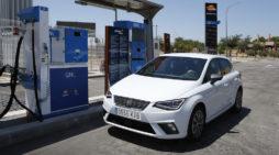El biometano favorecerá a los coches de gas natural comprimido. En la imagen, fase de repostaje de un TGI de Seat. / FOTOGRAFÍA: SEAT