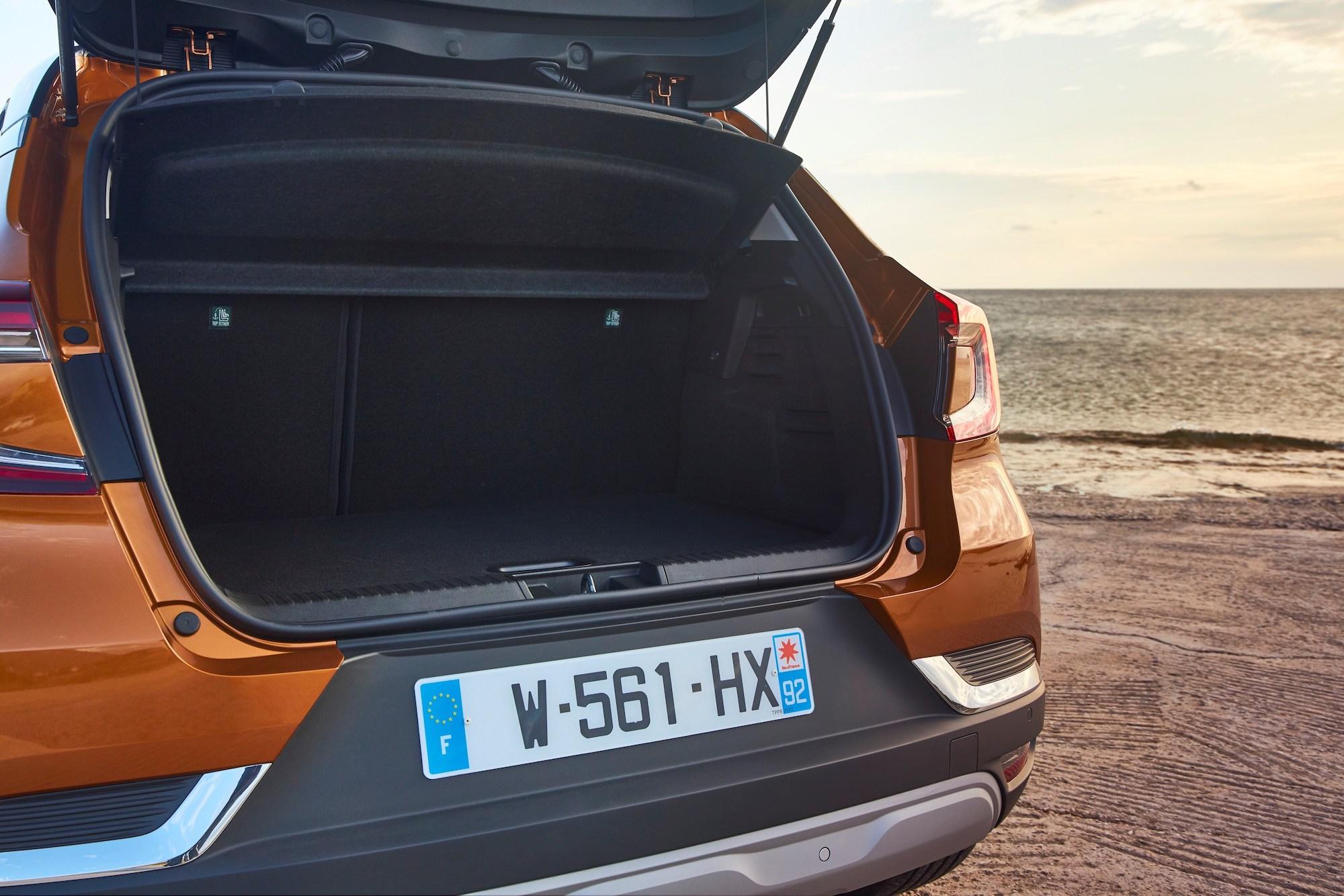 El maletero del Captur cuenta con 422 litros de capacidad y de serie, pero puede llegar hasta 536 litros si se mueven los asientos traseros hacia adelante con una sencilla presión.
