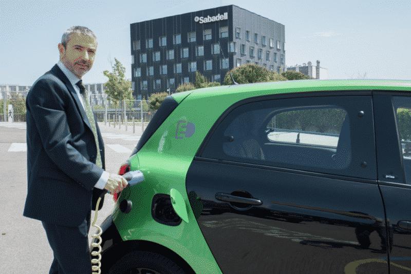 Xavier León dirige Sabadell Renting. En la imagen, con un smart eléctrico, en una operación efectuada en 2017. BANCO SABADELL