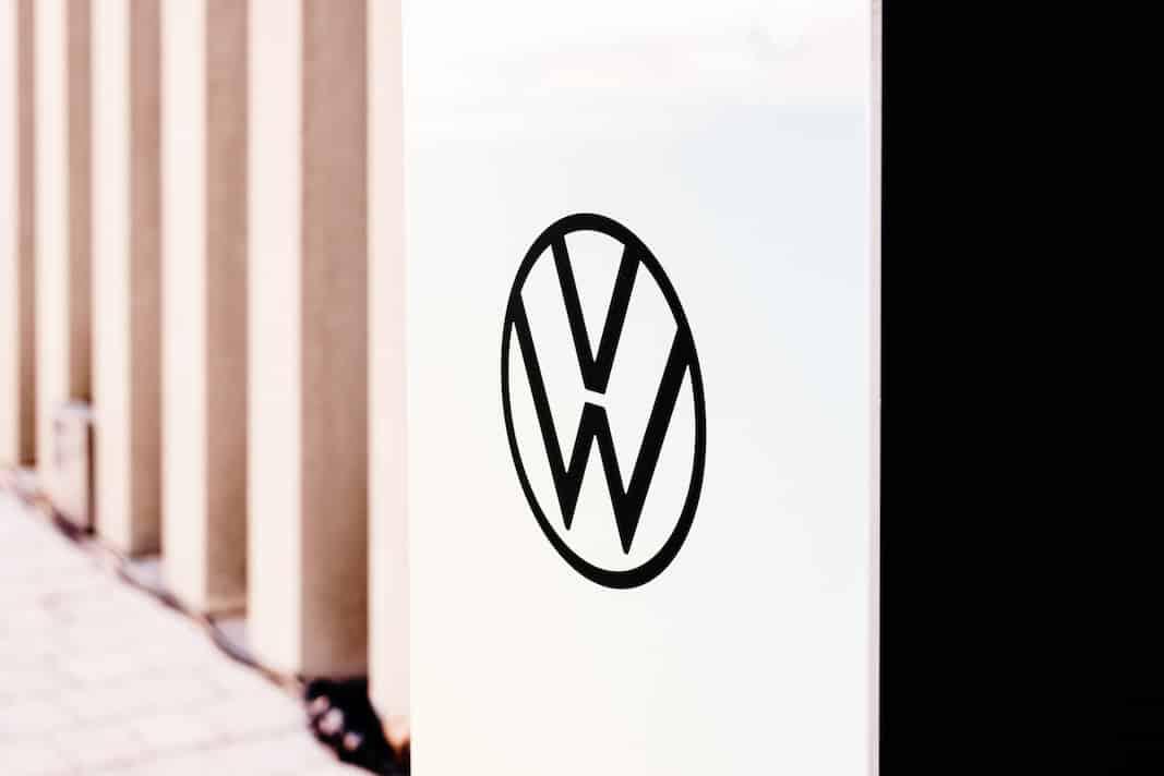 Un poste de recarga para vehículos eléctricos de Volkswagen, en Valencia. Fotografía de Joaquín Corbalán
