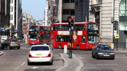 Ciculación de vehículos en el centro de Londres, en reino unido. FOTOGRAFÍA: TUPUNGATO