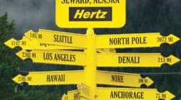 Señal de la rent a car Hertz en Anchorage (Alaska). Fotografía de Roy Seward