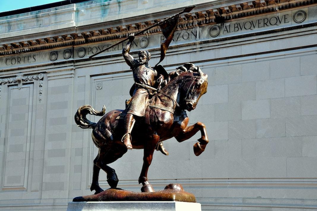 La estatua de El Cid preside la entrada de la Hispanic Society, en Nueva York. Fotografía de Lee Snider