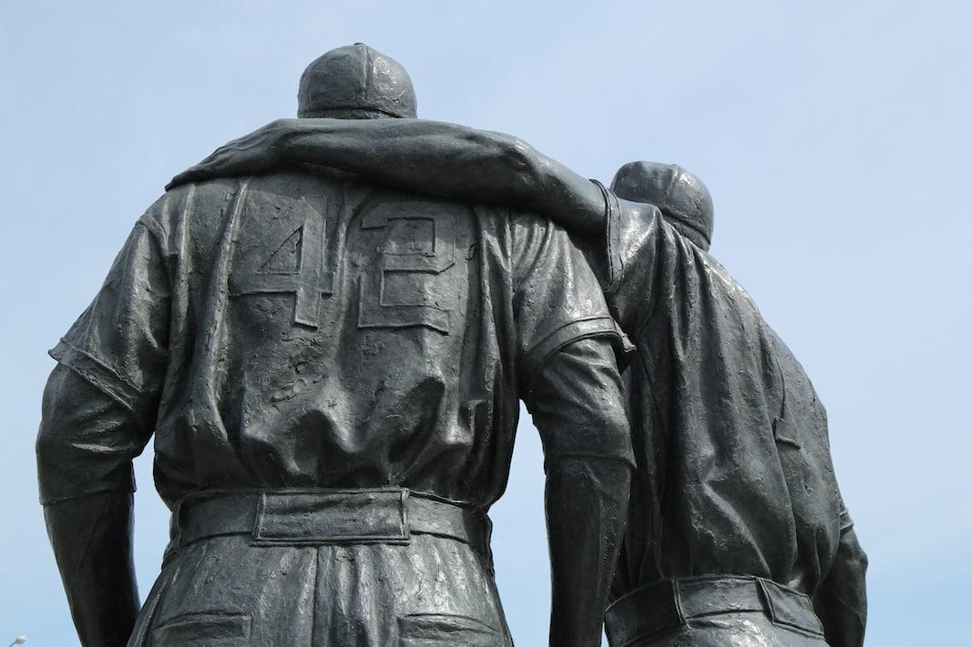 Estatua de Jackie Robinson y Pee Wee Reese en Brooklin, NY. FOTOGRAFÍA DE LEONARD ZHUKOVSKI.