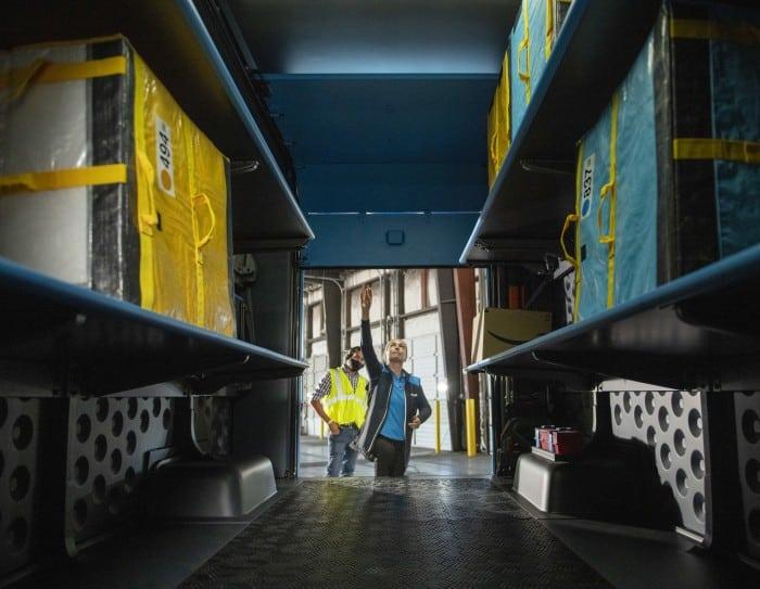 Interior de la furgoneta de reparto de Amazon. FOTOGRAFÍA: AMAZON
