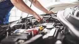 Coches eléctricos, taller de coches. Shutterstock