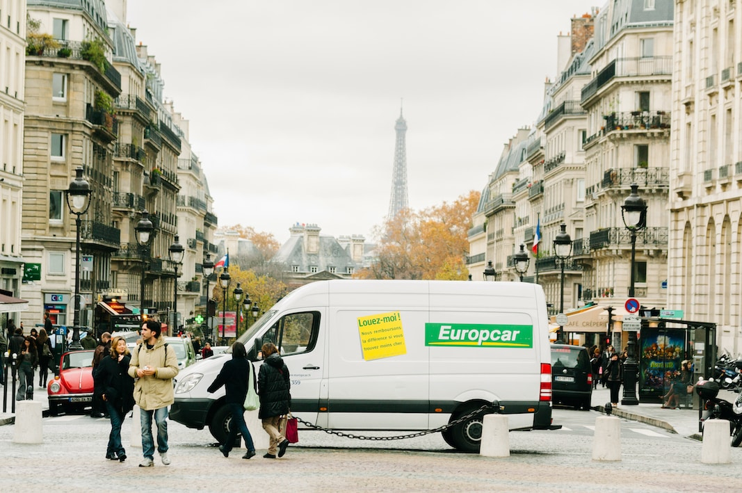 Una furgoneta de Europcar, con la torre Eiffel al fondo, en París. FOTOGRAFÍA DE LONGJON