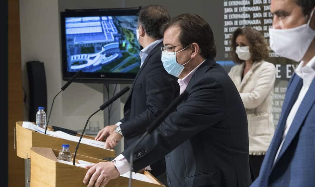 Mario Celdrán, CEO de Phi4tech, junto a Guillermo Fernández Vara, presidente de la Junta de Extremadura, en la presentación del proyecto de baterías.