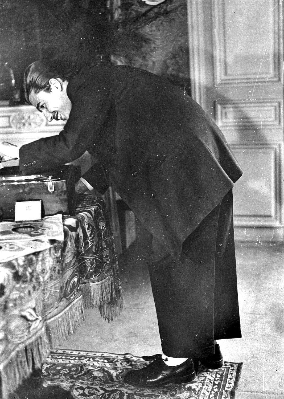 Inconfundibles. Pantalones extra anchos, chaqueta enorme y un tupé imposible: un genuino 'zazou' poniendo música en un gramófono en la época del París ocupado, en una de las escasísimas fotografías acreditadas que existen de esta subcultura. FOTOGRAFÍA: ALBERT HARLINGUE / ROGER VIOLLET