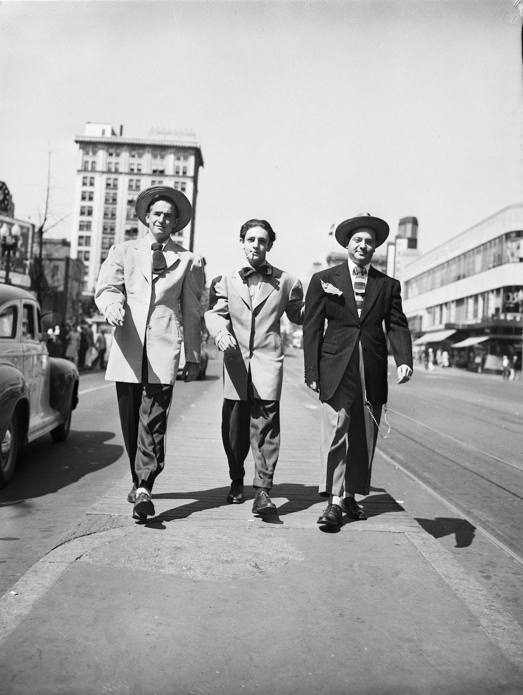 tres hombres portando diferentes composiciones de 'zoot suit',, en 1946, en un lugar indeterminado de EEUU. FOTOGRAFÍA: OLLIE ATKINS