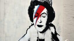 peacocks. Una obra callejera del genial Bansky, recreando a la Reina Madre con el álter ego Ziggy Stardust de David Bowie. FOTOGRAFÍA: 1000 WORDS