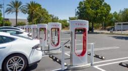 ALD Una estación de supercargadores de Tesla en Brea (California). FOTOGRAFÍA DE FELIPE SÁNCHEZ