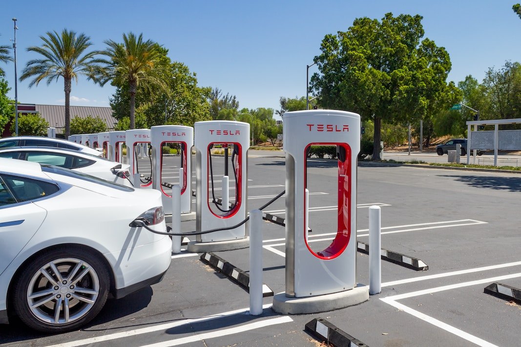 Una estación de supercargadores de Tesla en Brea (California). FOTOGRAFÍA DE FELIPE SÁNCHEZ